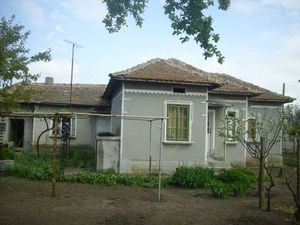 Country house with garage and plot of land near sea