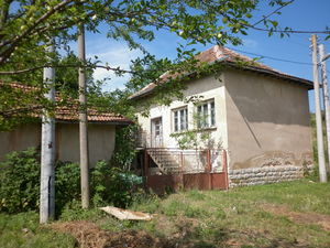 Old country house with plot of land in a quiet village