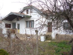 Old country house with barn and big plot of land in village