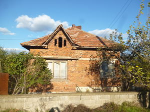Old country house with plot of land in a village near lakes