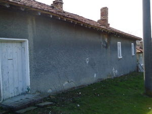 A very solid house with nice garden close to Provadia