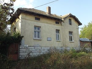Old rural house with solid barn & vast garden in big village