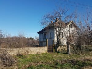 Country house with annex, garage & spacious yard in village