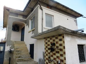 A partly renovated 2 bedrooms house.