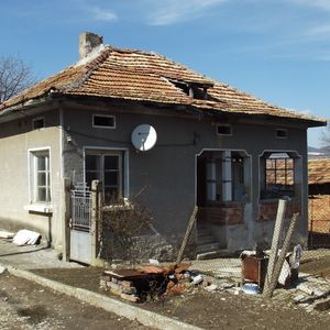 Old country house with well maintained garden & nice views